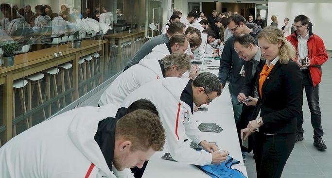 Autogrammstunde mit KUKA auf der European Robotics Week